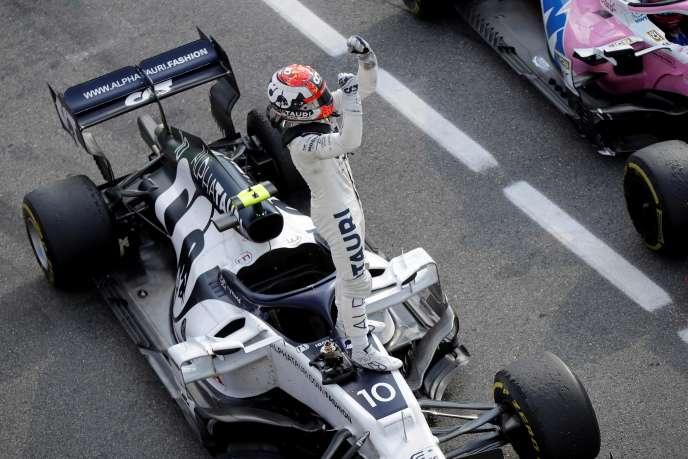 Le pilote français Pierre Gasly debout sur sa voiture après sa victoire à Monza, pour le Grand Prix d'Italie, dimanche 6septembre.