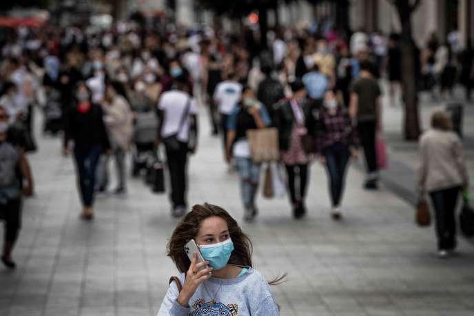 Une femme marche dans une rue de Lyon, le 31 août. La ville a voté l'obligation du port du masque à partir du 1er septembre.