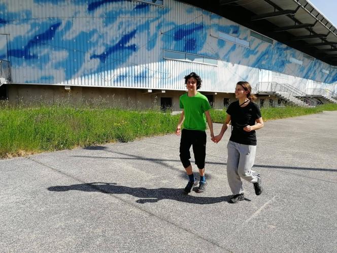 Julien court avec une éducatricespécialisée, Marion, photo prise pendant le confinement.