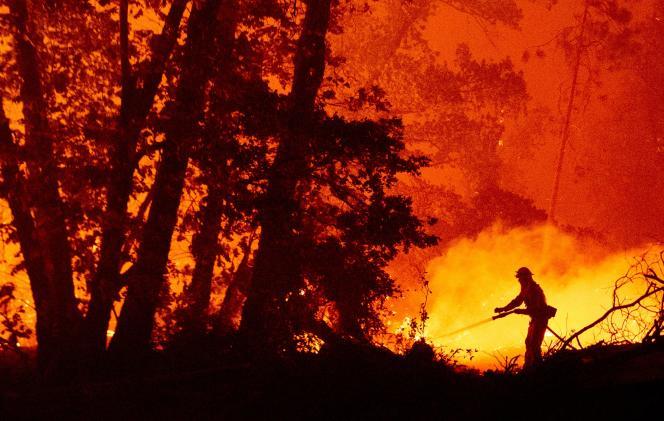 Des pompiers luttent contre un incendie dans le comté de Madera, en Californie aux Etats-Unis, lundi 7 septembre.