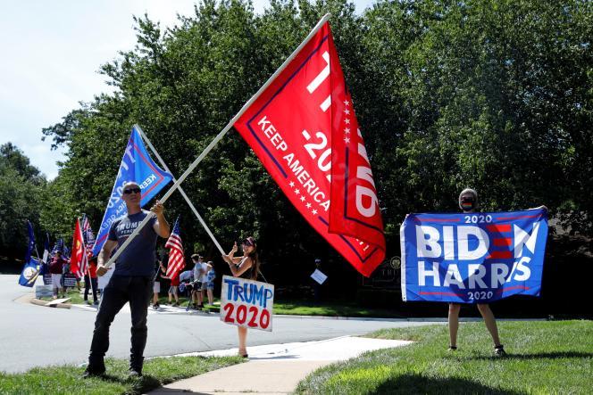 Des militants démocrates et républicains devant un golf appartenant à Donald Trump, alors que celui-ci y dispute une partie, à Sterling, en Virginie, le 5 septembre.