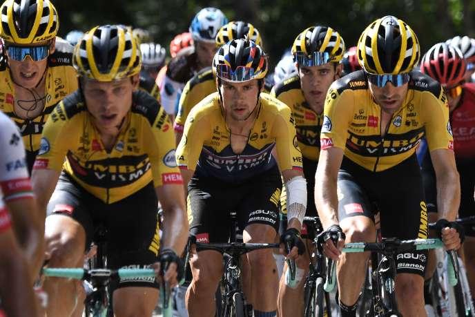 Primoz Roglic, au milieu de ses coéquipiers de la Jumbo-Visma, lors de la seconde étape (Nice-Nice), le 30 août.