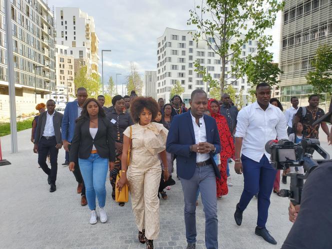 Le 5 septembre 2020, à Aubervilliers (Seine-Saint-Denis), des jeunes de la diaspora malienne de France tournent un clip de soutien et d'unité destiné à leurs compatriotes au pays.