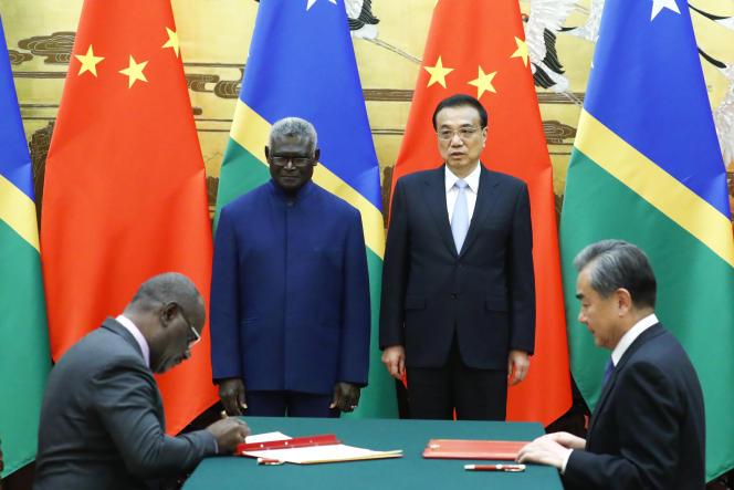 Le premier ministre des îles Salomon, Manasseh Sogavare, et son homologue chinois Li Keqiang lors de leur rencontre à Pékin, le 9 octobre 2019.