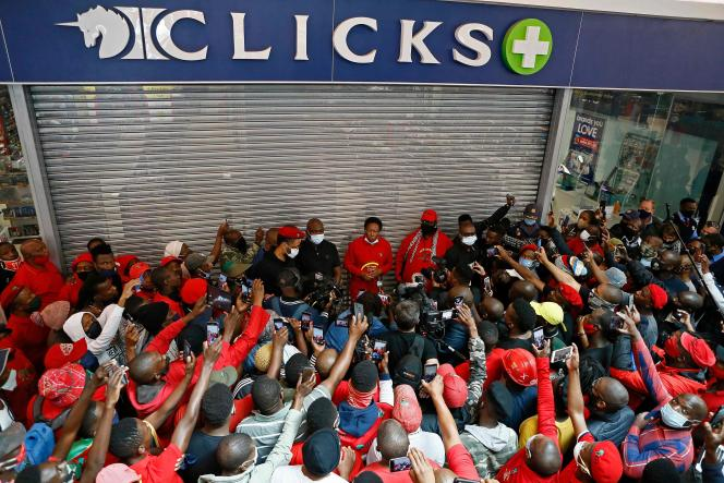 Julius Malema, leader des Economic Freedom Fighters (EFF), s'adresse à ses partisans lors d'un piquet de grève devant le Clicks Store, un groupe de vente au détail de produits alimentaires et de soins de santé, au Mall of the North à Polokwane (Afrique du Sud), le 7 septembre 2020, après une publicité jugée raciste.