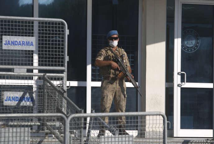 Un soldat turc devant une entrée du palais de justice de Silivri (Turquie), où se tient le procès d'Abdulgadir Masharipov,le 7septembre2020.