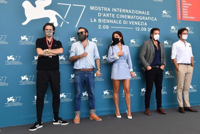L'équipe du film « Mandibules », le 5 septembre 2020, à la Mostra de Venise. De gauche à droite : Roméo Elvis, le réalisateur Quentin Dupieux, Adèle Exarchopoulos, Grégoire Ludig et David Marsais.