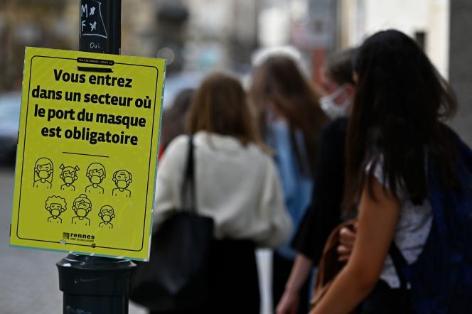 Une affiche indique l'entrée dans une zone de la ville où le port du masque est obligatoire, à Rennes, le 3 septembre.
