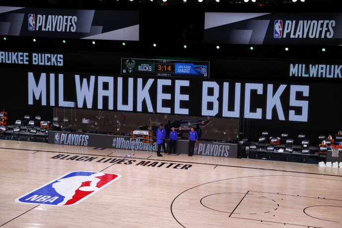 Les arbitres seuls sur le terrain, le 26 août à Lake Buena Vista, après la décision des joueurs de Milwaukee de boycotter un match des playoffs, pour protester contre les violences policières à l'égard des Noirs.