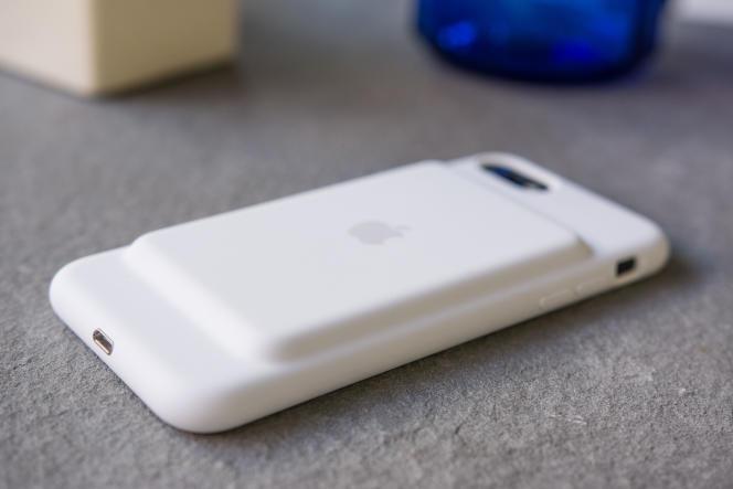 La protubérance au dos de la Smart Battery Case d'Apple est un peu bizarre, mais en fin de compte, l'étui est globalement moins encombrant que ses concurrents.