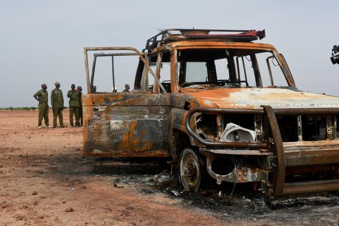 Le véhicule tout-terrain des six humanitaires français assassinés avec leur guide et chauffeur nigérien,dans la réserve de Kouré (Niger), le 9 août.