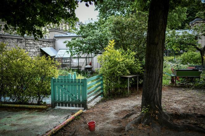 Dans la cour de l'école Eugène-Napoléon-Saint-Pierre-Fourier, à Paris, en avril.