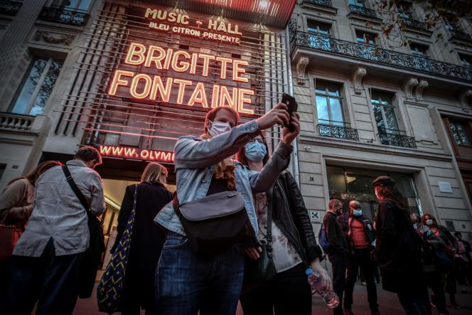 Une couple prend la pose devant la façade de l'Olympia où se produit le soir même Brigitte Fontaine, le6 septembre 2020.