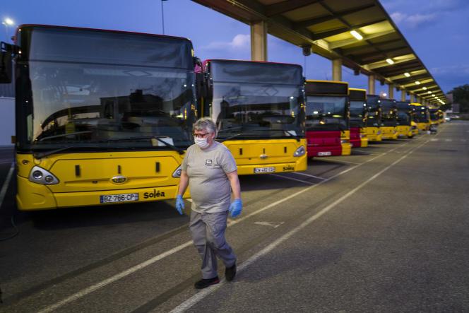 Dans un dépôts d'autocars, à Mulhouse (Haut-Rhin), en mai, en pleine épidémie de Covid-19.