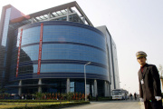 Un bâtiment de la Semiconductor Manufacturing International Corporation (SMIC) lors de son inauguration, à Shanghai, le 22 novembre 2001.