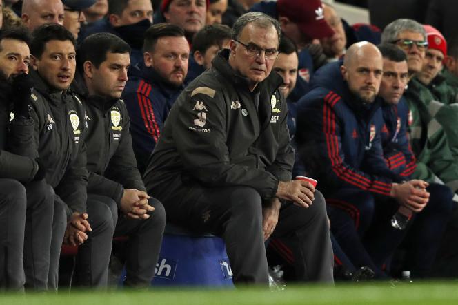 Marcelo Bielsasuit les matchs sur un tabouret en plastique qui, dit-il, le met à la bonne hauteur pour suivre les joueurs, comme icilors d'un match de FA Cup face à Arsenal, le 6 janvier 2020, à Londres.