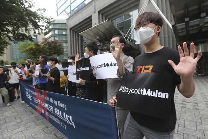 Des manifestants appellent au boycott du film « Mulan», produit par Disney, à Séoul (Corée du Sud), le 1er juillet.