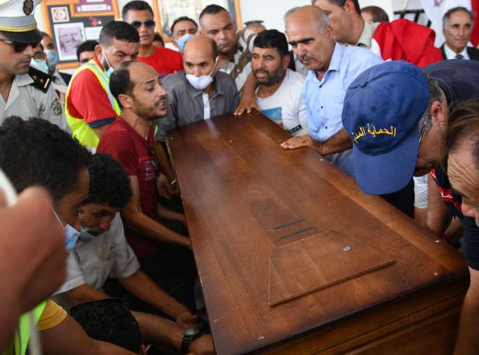 A Mokrine, le 7 septembre 2020, enterrement du gendarme Sami Mrabet, tué la veille par un groupuscule djihadiste à Sousse, dans l'est de la Tunisie.
