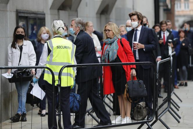 Une file d'attente pour les personnes autorisées à entrer dans le tribunal de l'Old Bailey, à Londres, où l'audience de Julian Assange s'est tenue pendant quatre semaines.
