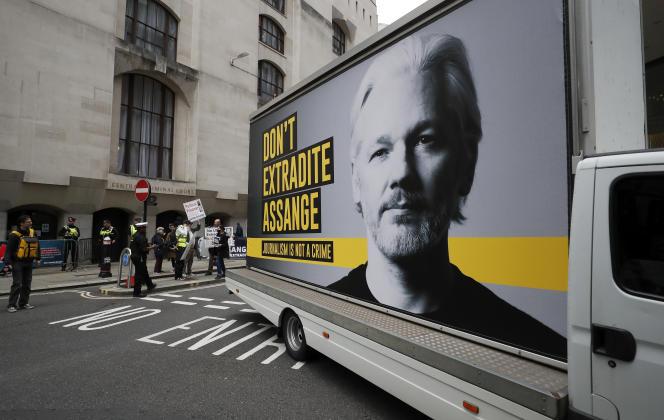 Un camion avec l'affiche demandant dene pas extraderJulian Assange aux Etats-Unis, circulant près du tribunal de l'Old Bailey, lundi 7septembre.