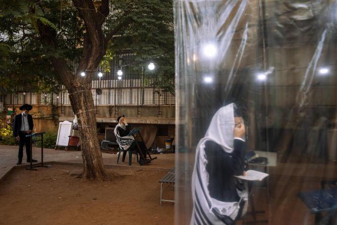 Des ultraorthodoxes suivent les mesures de distanciation sociale lors de la prière du matin, à Bnei Brak (banlieue nord-est de Tel Aviv), le 8 septembre.