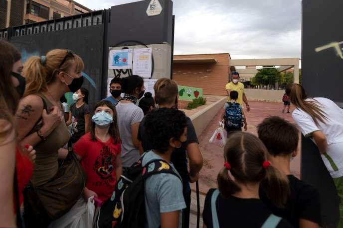 Rentrée des classes à Valence (Espagne), le 7 septembre. Le port du masque a été rendu obligatoire à partir de 6 ans.