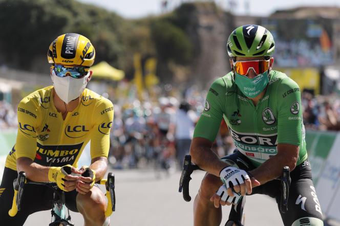 Le maillot jaune, Primoz Roglic, et l'ex-maillot vert Peter Sagan posent avant le départ, mardi à l'île d'Oléron.