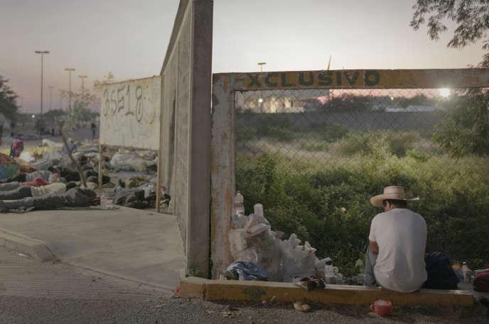 A l'extérieur du terminal de bus où la caravane a dormi la nuit, un homme se prépare à une nouvelle longue journée de marche.