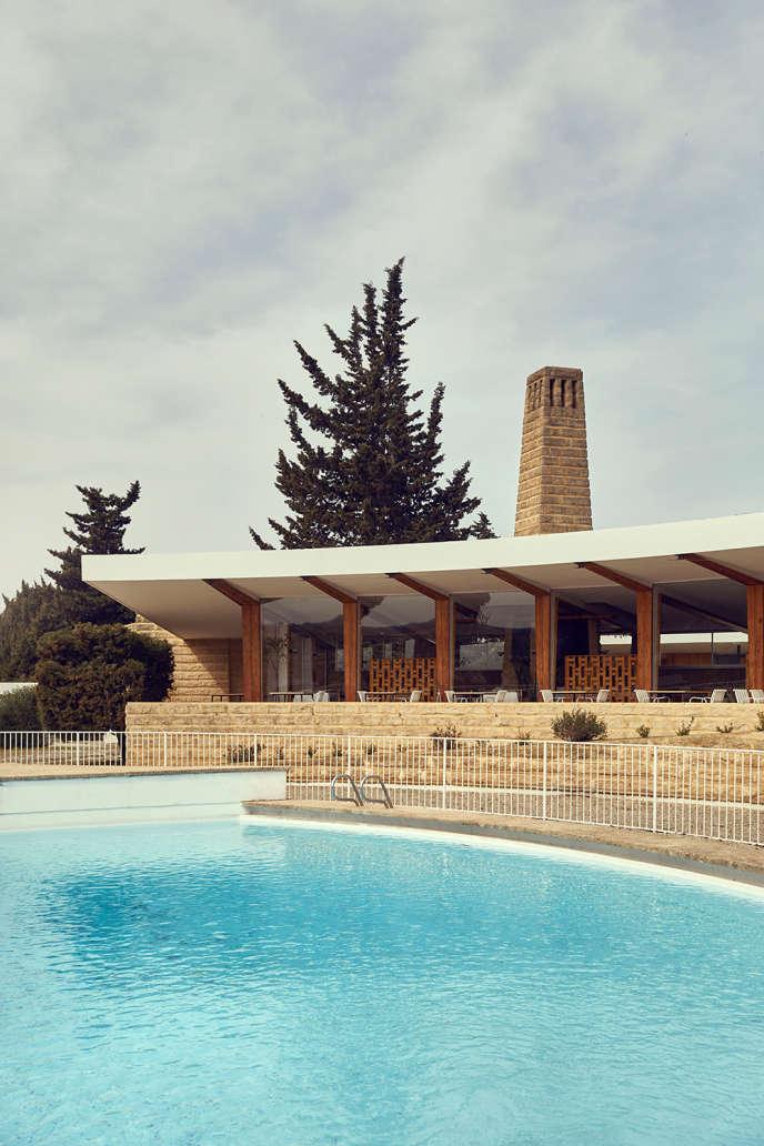 La piscinedes Cabanettes, autour de laquelle vont se dérouler trois ailes de plain-pied en arcs de cercle concentriques qui démarrent à l'accueil de l'hôtel.
