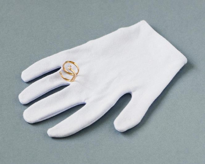 Bague serti sur vide, module en or rose et diamant taille poire, Repossi, 4800€.