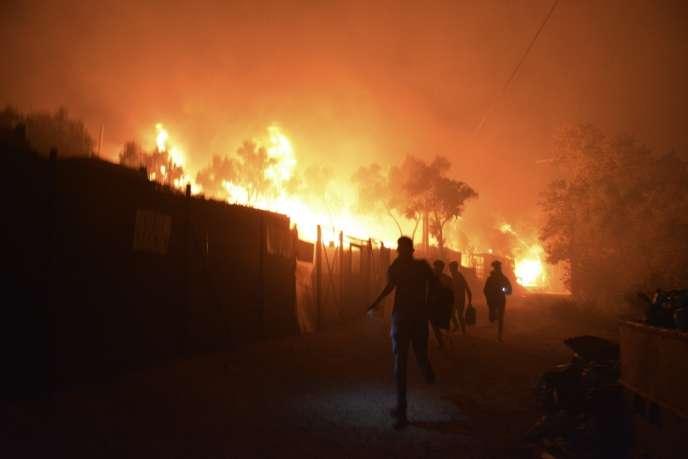 Les migrants fuient alors que le camp de Moria est en feu le 9 septembre sur l'île de Lesbos.