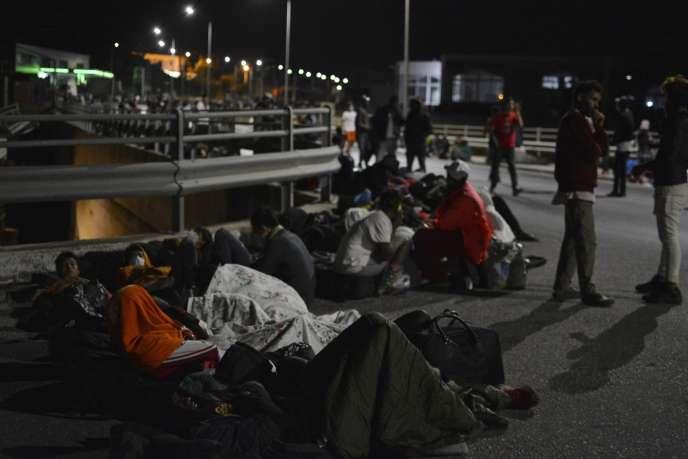 Des migrants se réfugient sur un pont après avoir fui le camp de Moria, le 9 septembre.
