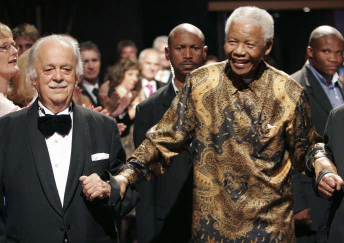 George Bizos en compagnie de Nelson Mandela à Johannesbourg, à l'occasion de ses 80 ans, le 12 novembre 2008.