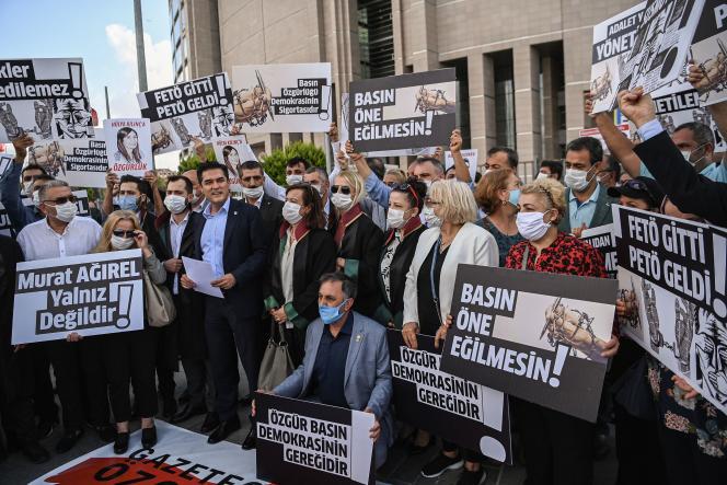 Manifestation de soutien aux journalistes poursuivis par la justice, le 9 septembre devant le tribunal d'Istanbul.