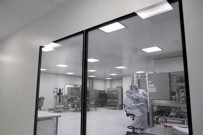 Des chercheurs du laboratoire pharmaceutique AstraZeneca travaillent sur un vaccin contre le coronavirus, à Garin (Argentine), le 14 août.