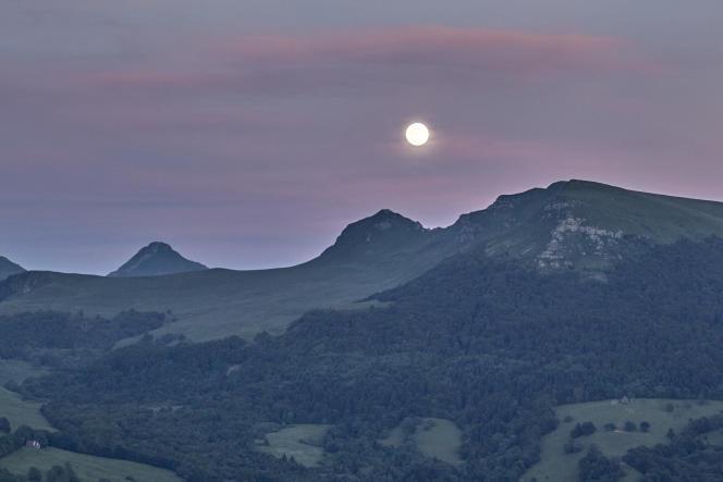 Pleine lune sur les Monts du Cantal.