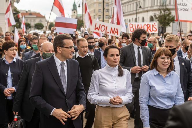L'opposante biélorusse Svetlana Tikhanovskaya (au centre) lors d'une marche avec le premier ministre polonais, Mateusz Morawiecki (à gauche) et l'opposante biélorusseOlga Kovalkova (à droite) après une rencontre avec les étudiants de l'Université de Varsovie, le 9 septembre.