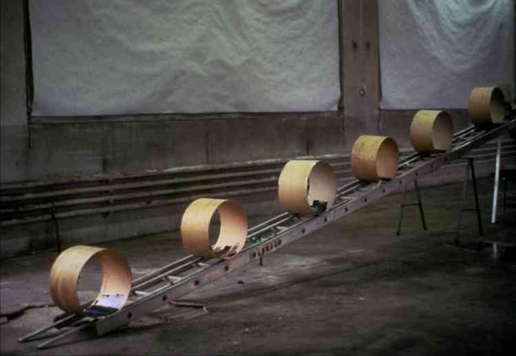 En 1987, les artistes suisses Peter Fischli et David Weissont filmé des dizaines d'objets de récupération en équilibre dont l'un déclenche l'action de l'autre, dans une réaction en chaîne drôle et à suspense. Une merveille.
