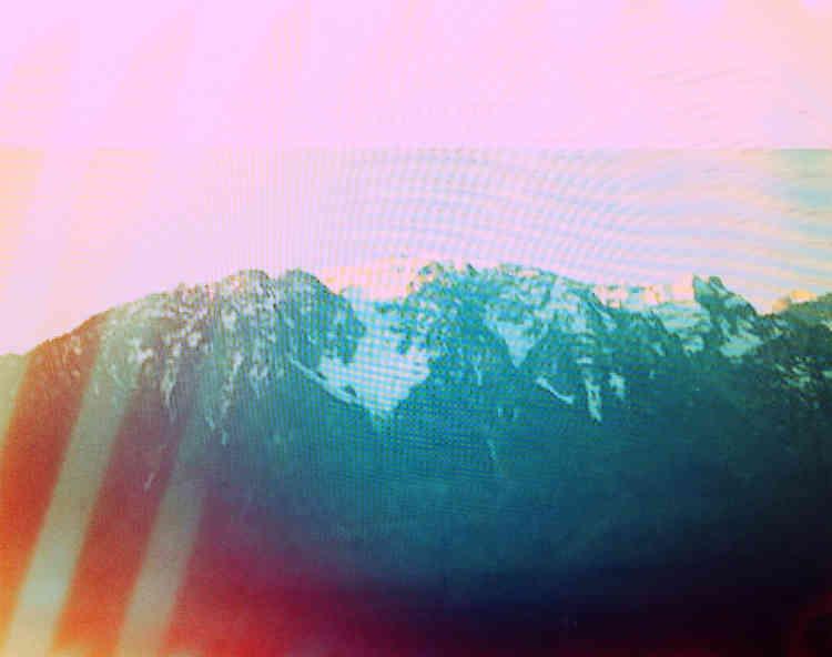 Tout habitant de Vevey vit avec le Grammont, planté de l'autre côté du lac. L'artiste américaine Penelope Umbricoa passé aux filtres de couleur des images de cette montagne massive, les a collées sur des panneaux en plexiglas et plantées sur les quais de Vevey, face à la montagne. Une réflexion sur les écrans et la réalité.