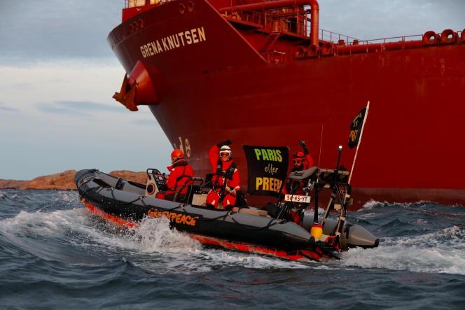 Des militants écologistes de Greenpeace tentent de bloquer un pétrolier se dirigeant vers une raffinerie de Lysekil, en Suède, le 10 septembre.