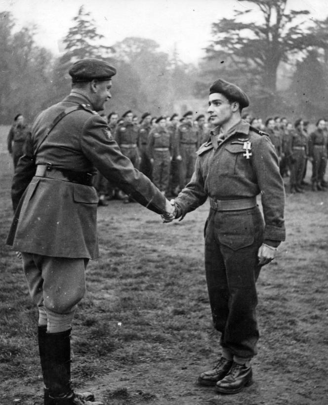 Remise par le général Galtes de la Military Cross à Edgard Tupët-Thomé le 14 avril 1945, au Royaume-Uni.