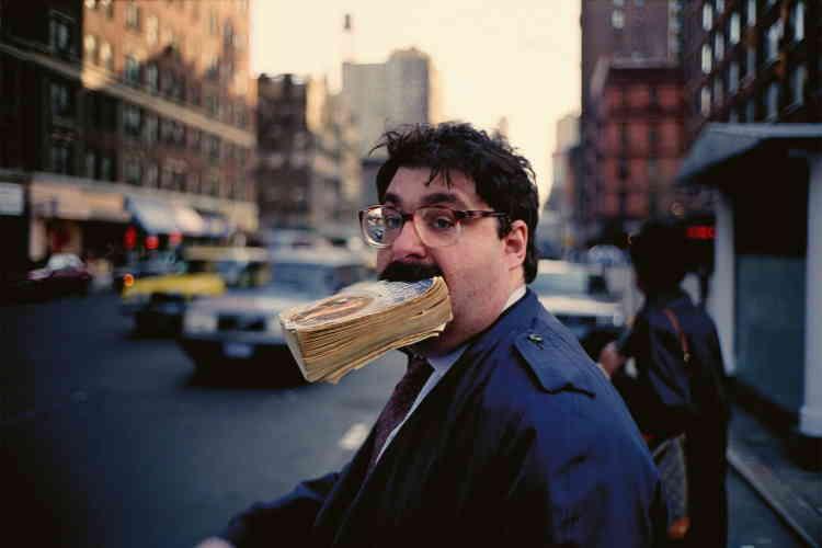 Le photographe américain Jeff Mermelsteincapte dans les rues de New York nos gestes baroques. Une photo géante d'un homme tenant entre les dents un gros bouquin est affichée sur le bâtiment de la banque BCV, à la sortie de la gare de Vevey. Un symbole du festival.