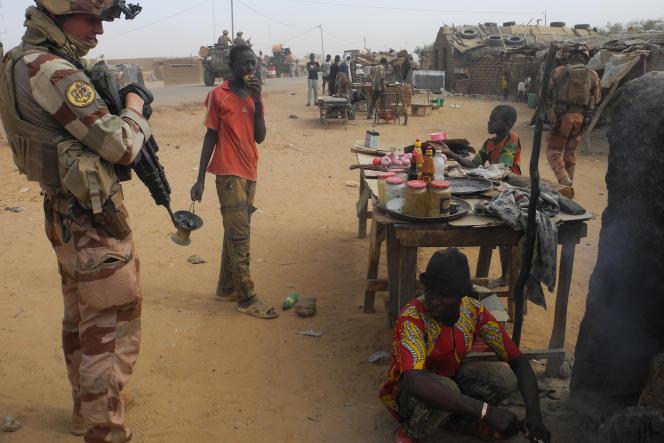 Soldat de l'opération « Barkhane» à Gossi, dans le centre du Mali, le 25 mars 2019.