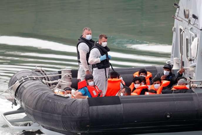 La police des frontières du Royaume-Uni intercepte des migrants qui traversent la Manche de la France à Douvres, le 12 août.