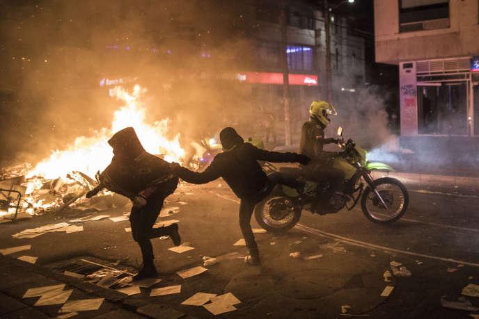 La police colombienne a par le passé été impliquée dans plusieurs scandales de violences et l'ONU avait alerté fin février sur les homicides et autres abus présumés commis par des militaires et des policiers en Colombie.