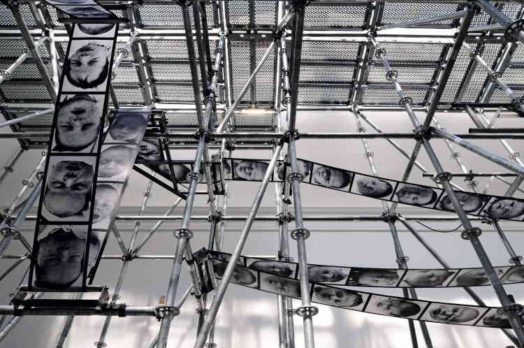 «Chance» de Christian Boltanskiest une installation monumentale créée à la Biennale de Venise en 2011. Une sorte de rotative géante tourne et imprime non des journaux mais des visages de nourrissons. La machine s'arrête parfois et distingue un visage. Une roue de la fortune métaphysique.