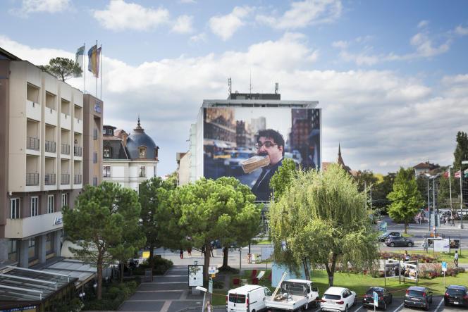 Une photo de Jeff Mermelstein installée sur la façade du bâtiment de la banque BCV, à Vevey (Suisse) dans le cadre du Festival Images.