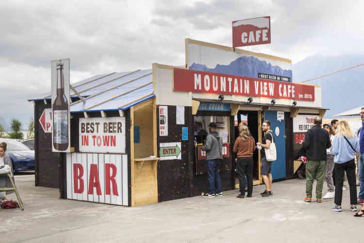 L'artiste a construit, face au lac Léman, le « Mountain View Café », bar du festival, tout en bois, où il projette un film d'animation créé d'après«Rambo» dont il a retiré le héros et les protagonistes. Un film d'action devient contemplation du paysage.
