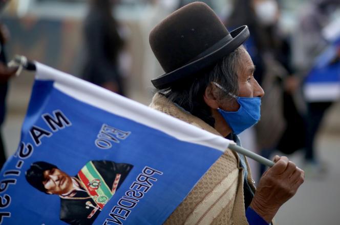 Un partisan porte un drapeau représentant Evo Morales, en soutien au candidat du MAS Luis Arce, pour les élections présidentielles boliviennes d'octobre, jeudi 9 septembre 2020 à El Alto.