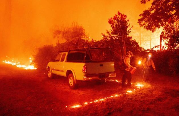 Les pompiers combattent les incendies à Berry Creek, en Californie, où plusieurs personnes ont été blessées le 9 septembre.